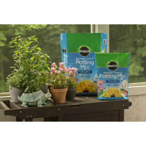 Miracle-Gro  Moisture Control  Potting Mix  2