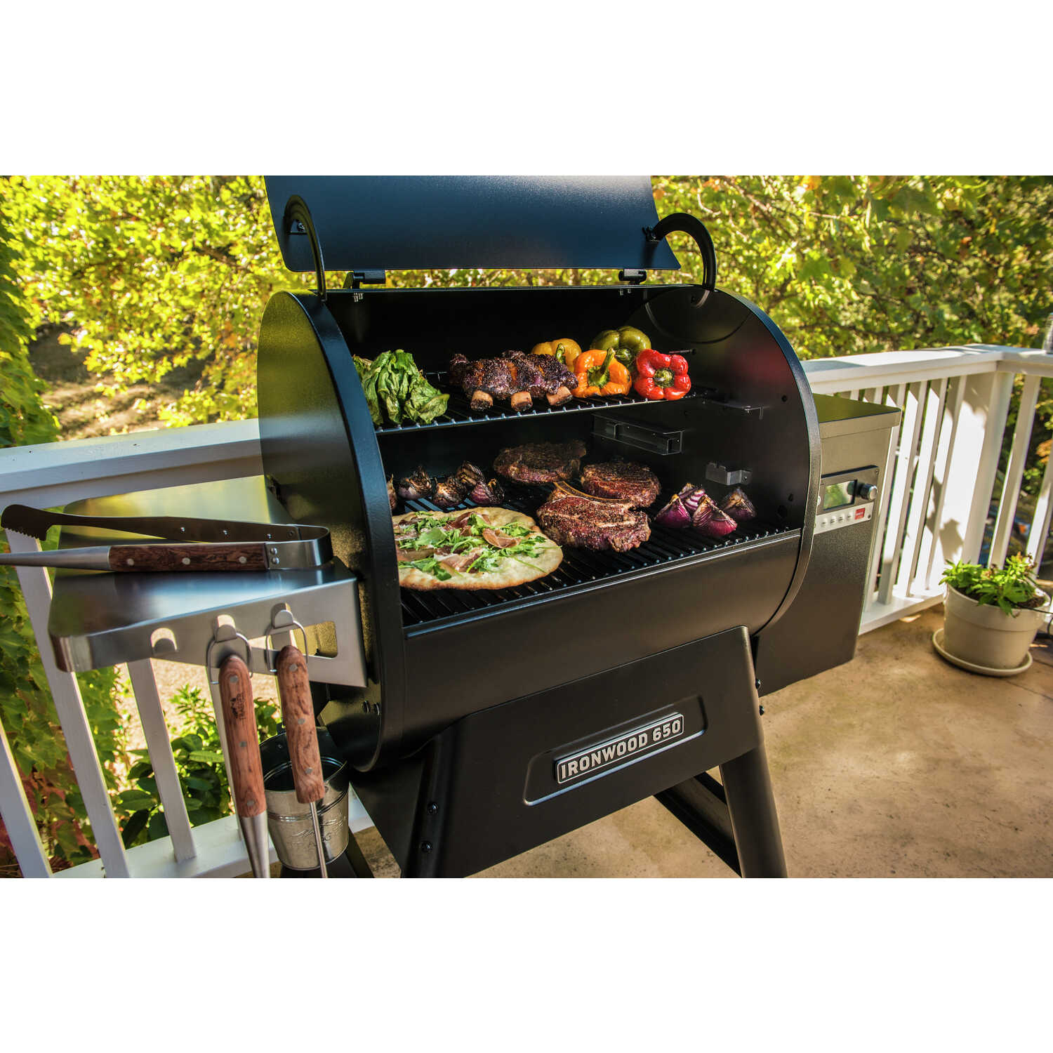 Traeger  Ironwood 650  Black  Wood Pellet  Grill